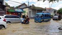 Diterjang Banjir, Jalan Raya Blega Bangkalan Macet Dua Arah