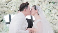 Ciuman kebahagiaan usai keduanya resmi menjadi sepasang suami istri.