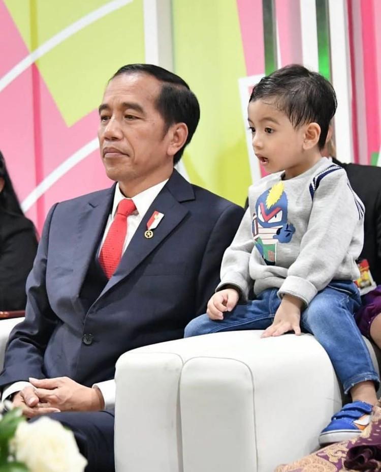 Ini lho Bun, Jan Ethes Srinarendra, cucu pertamaJokowi yang merupakan anak dari putra sulungnya, Gibran Raka Buming. Foto ini saat acara Pembukaan Asian Games 2018, pada Agustus lalu. (Foto: Instagram @jokowi)