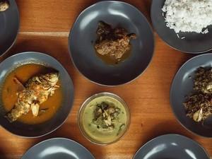 Cicip Jengkol Balado hingga Ayam Bumbu Saksang di 5 Resto Artis Ini