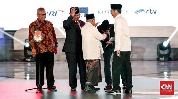 PaslonJoko Widodo-Ma'ruf Amin dan Prabowo Subianto-Sandiaga Uno, didampingi Ketua KPU Arief Budiman (kiri), dalam debat perdana capres-cawapres Pilpres 2019 di Hotel Bidakara, Jakarta, Kamis (17/1).