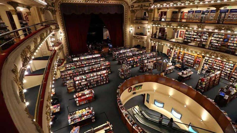 Beginilah pemandangan yang bisa kamu nimati saat mencari buku di toko buku El Ateneo Grand Splendid. (Marcos Brindicci/Reuters)