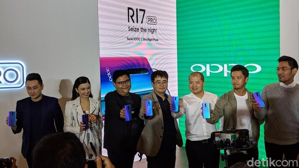 Raline Shah, Morgan Oey dan Robby Purba Unboxing Oppo R17 Pro