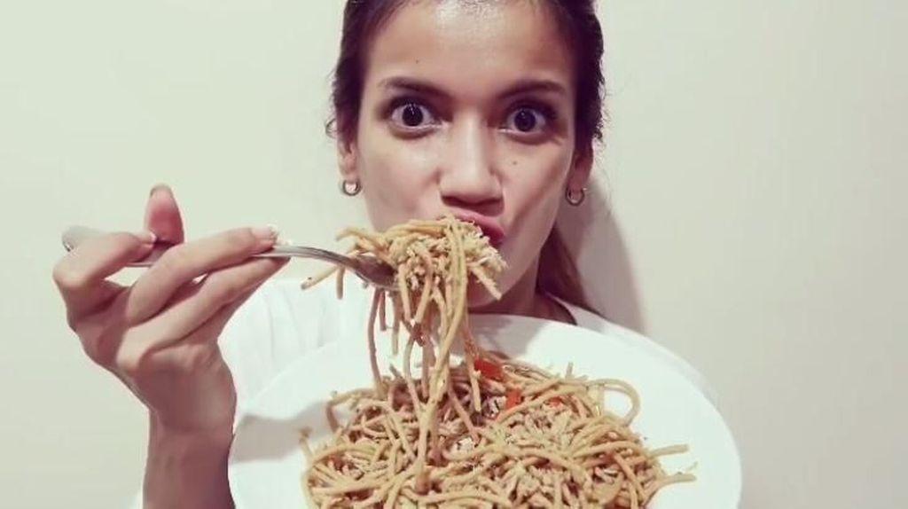 Menu Sehat Tapi Enak, Sabrina Chairunnisa Bikin Ayam Panggang hingga Spaghetti