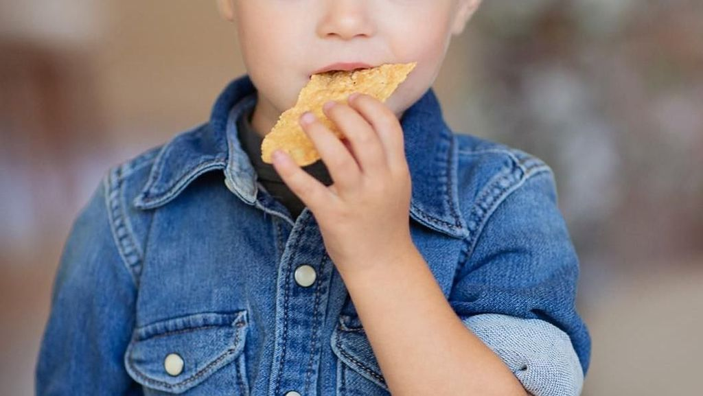 Gaya Kulineran Model Cilik Ganteng hingga 10 Years Challenge Versi Makanan