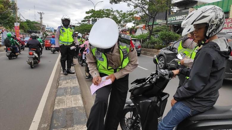 Penilangan di jalur cepat Jalan Margonda Raya, Depok