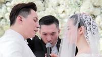 Suasana haru begitu terasa saat Edric Tjandra mengucapkan janji pernikahan di Nusa Dua, Bali pada Jumat (18/1).