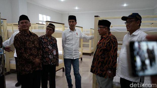 Jokowi sempat meninjau ke salah satu kamar di rusun tersebut