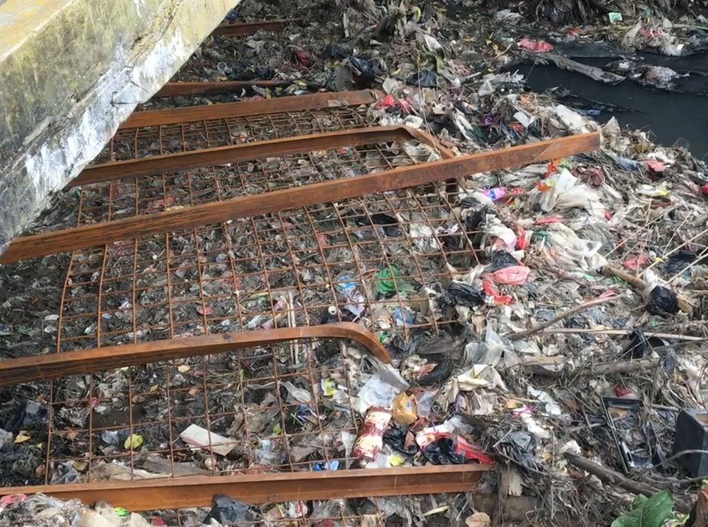 Dear Kang Emil, Jaring Sampah di Kali Perbatasan Bekasi Jebol!