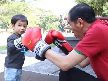 Jokowi menulis di keterangan foto, waktu mengajak Jan Ethes berolahraga tinju, mereka nggak didampingi paspampres, atau pasukan pengawal presiden. Biar lebih santai kali ya. (Foto: Instagram @jokowi)