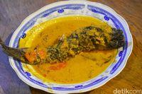 Sajian mangut ikan lele dengan kuah kental berwarna kuning.