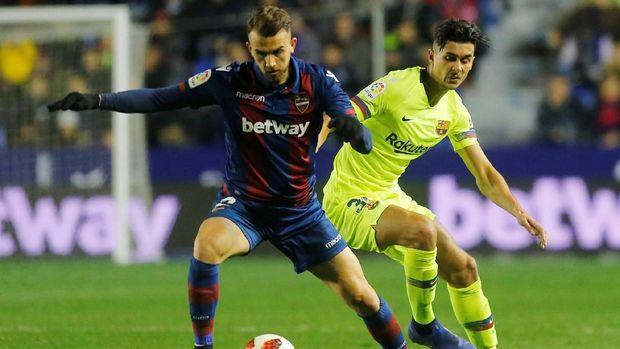 Chumi (kanan) dianggap tidak sah memperkuat Barcelona di leg pertama 16 besar Copa del Rey.