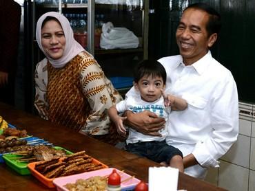 Kalau yang ini saat mudik ke Solo, Bun.Jokowi bersama Ibu Negara, Iriana, masih sempat menikmati kuliner di rumah makan Soto Gading. Jan Ethes mau pesan menu apa tuh? (Foto: Instagram @jokowi)