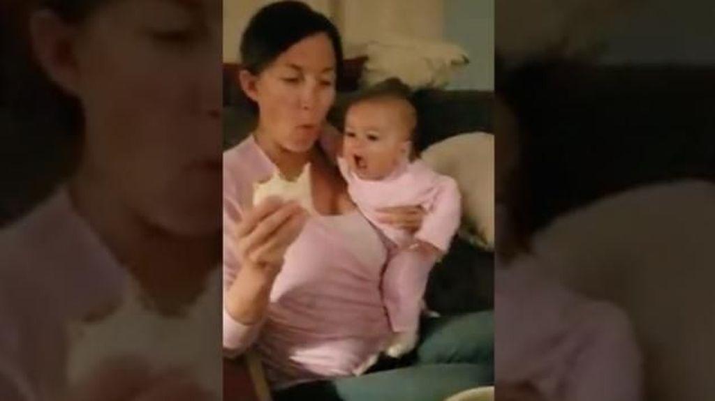 Duh, Lucunya! Bayi Ini Coba Curi Burrito yang Dimakan Sang Ibu