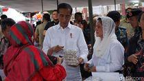 Jokowi-Iriana Beli Tas dan Berondong Jagung Ibu-ibu Garut