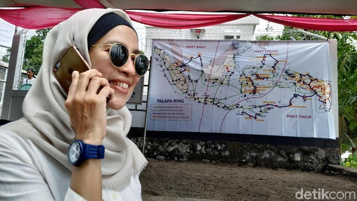 Masyarakat menggunakan layanan telekomunikasi. Foto: Agus Tri Haryanto/detikINET