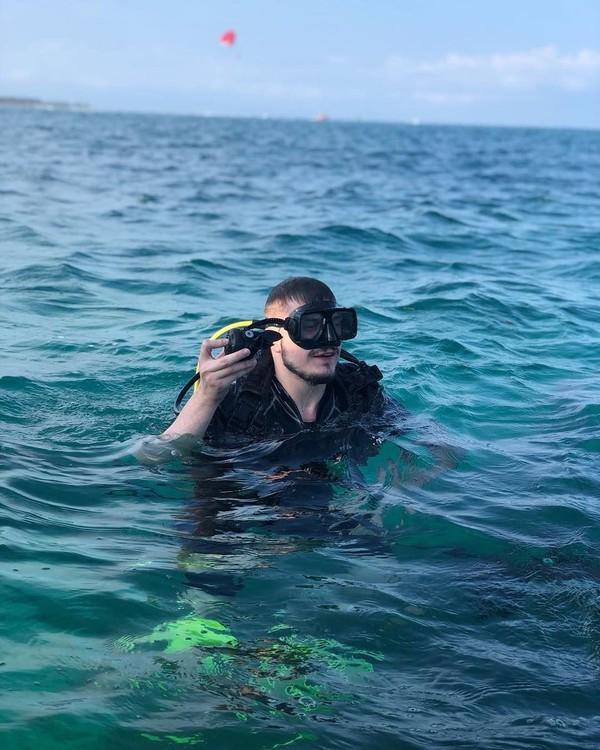 Setelah pengajian di Bali, Fatih juga menikmati indahnya laut Bali. (therealfatih/Instagram)