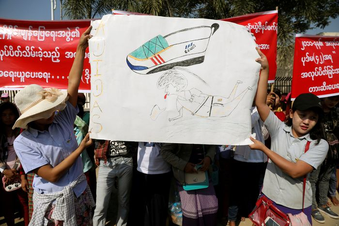 Penampakanratusan buruh yang melakukan aksi demo terkait ditutupnya pabrik sepatu di kawasan Yangon, Myanmar, Jumat (18/1/2019) waktu setempat. REUTERS/Ann Wang.