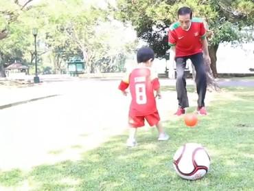 Habis latihan tinju, sekarang giliran main sepakbola. Ayo Jan Ethes, tendang yang kuat bolanya biar gol! (Foto: Instagram @jokowi)