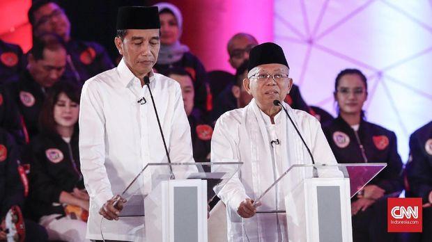 Jokowi melihat catatan saat debat perdana Pilpres 2019.