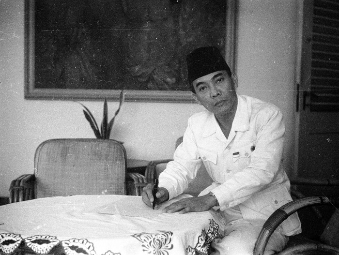 1945:  Indonesian statesman Achmed Sukarno (1902 - 1970), first president of the Indonesian Republic formed in 1945.  (Photo by Express/Express/Getty Images)