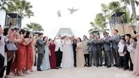Dan pelepasan merpati menjadi simbol di pernikahan mereka.