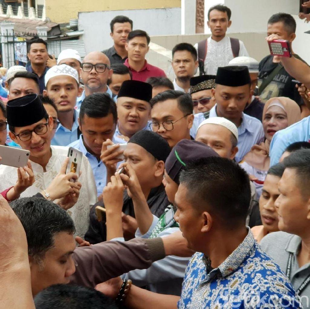 Tiba di Masjid Agung Sukabumi, Sandiaga Disambut Selfie Warga
