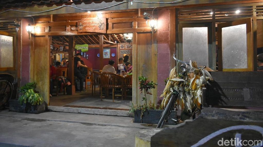 Rumah Eyang: Menikmati Kopi Hingga Mangut Ikan Lele di Rumah Joglo