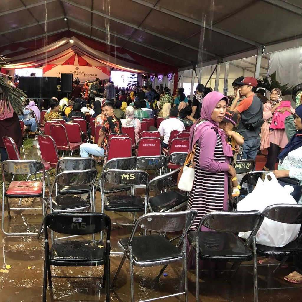 Jokowi Bagikan Sertifikat Tanah ke Warga Garut di Lokasi Tergenang Air
