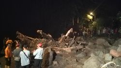 Alat Berat Diterjunkan untuk Angkat Material Banjir Bandang di Mojokerto
