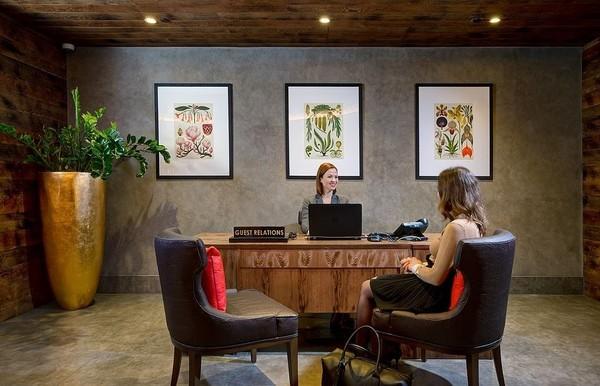 Adalah Bankside Hotel yang merupakan anak perusahaan Hilton yang hadir dengan konsep baru. Mulai dari lobi hotel, traveler akan disambut oleh meja dengan bahan yang terbuat dari daun nanas. Setelah check-in, traveler akan diberi kunci kamar yang terbuat dari material yang sama (Hilton London Bankside)