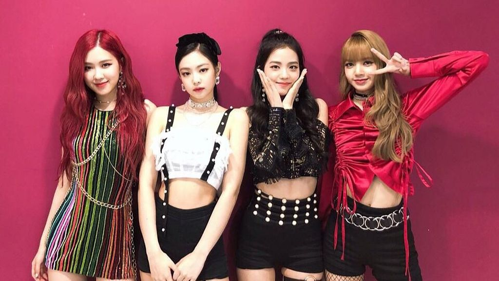 Ssstt.. Kasihan Sepatu Jennie Kenai Kepala Jisoo di Konser BLACKPINK