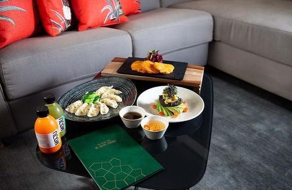 Sedangkan untuk menu, tentunya juga menghadirkan aneka menu vegan seperti jus buah, muesli, hummus, kentang, alpukat dan quinoa. Dijamin traveler akan hidup sehat selama menginap di sana (Hilton London Bankside)