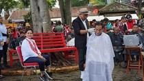 Pak Jokowi Anteng Banget Potong Rambut di Tukang Cukur Asgar
