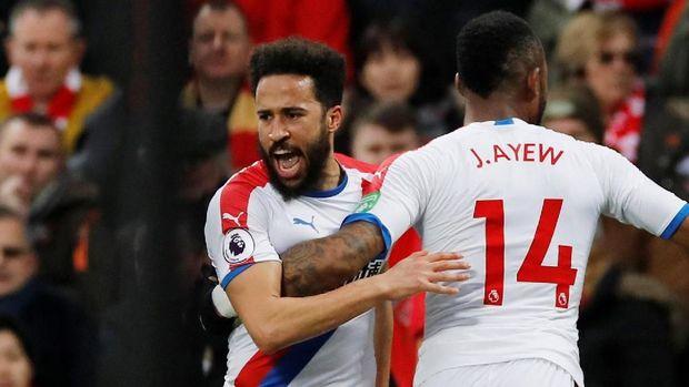 Andros Townsend merayakan golnya ke gawang Liverpool. (