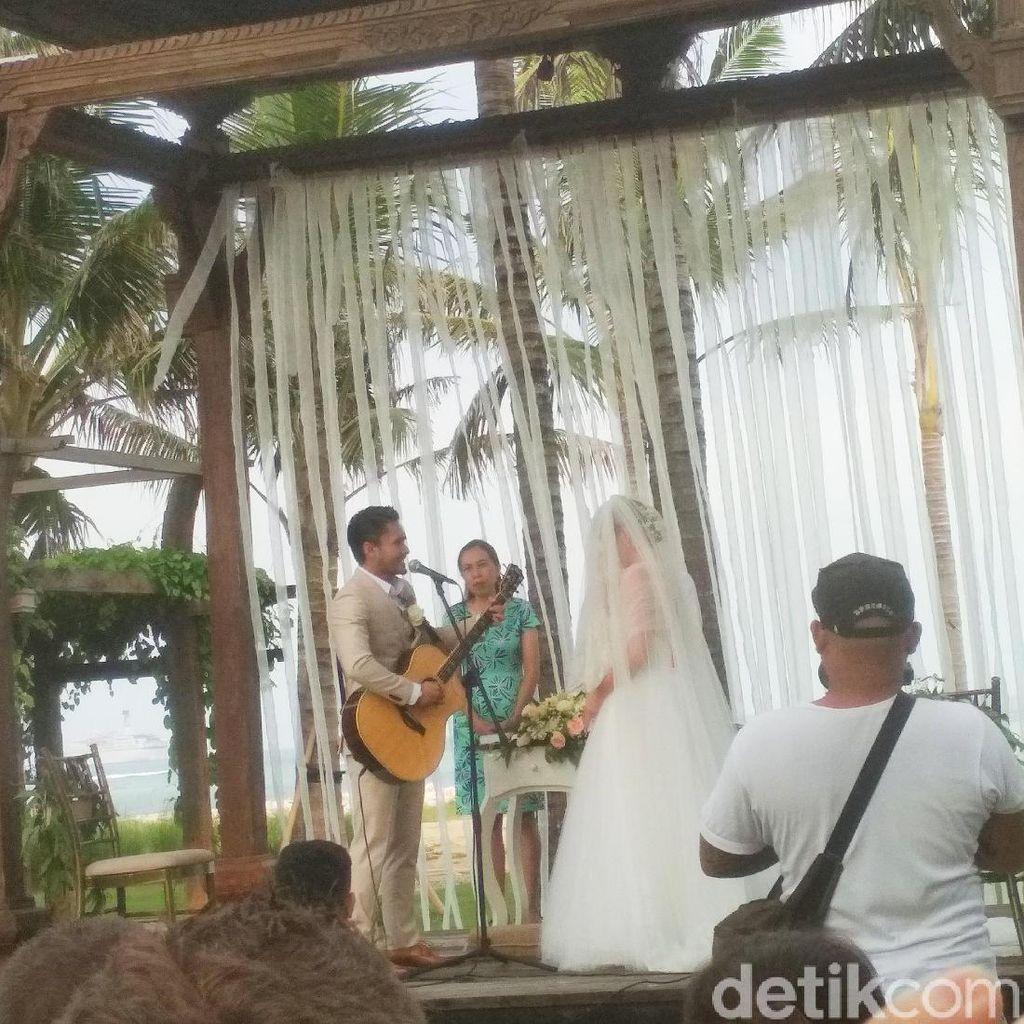 Manis dan Syahdu Nyanyian Randy Pangalila pada Istri di Altar