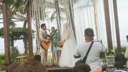 Manis dan Syahdu Nyanyian Randy Pangalila pada Istri Frank di Altar