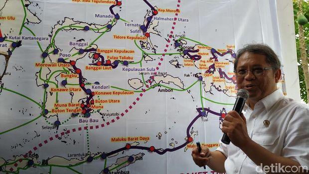 Menkominfo saat menjelaskan jalur kabel optik di Palapa Ring.