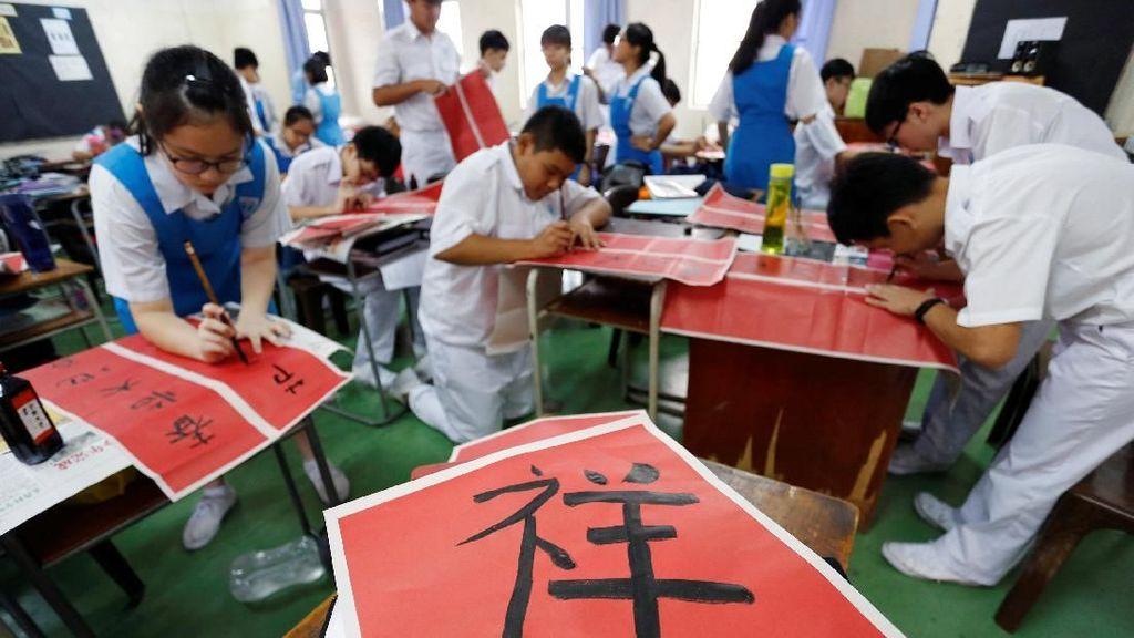 Antusias Guru dan Murid di Malaysia Membuat kaligrafi Sambut Imlek