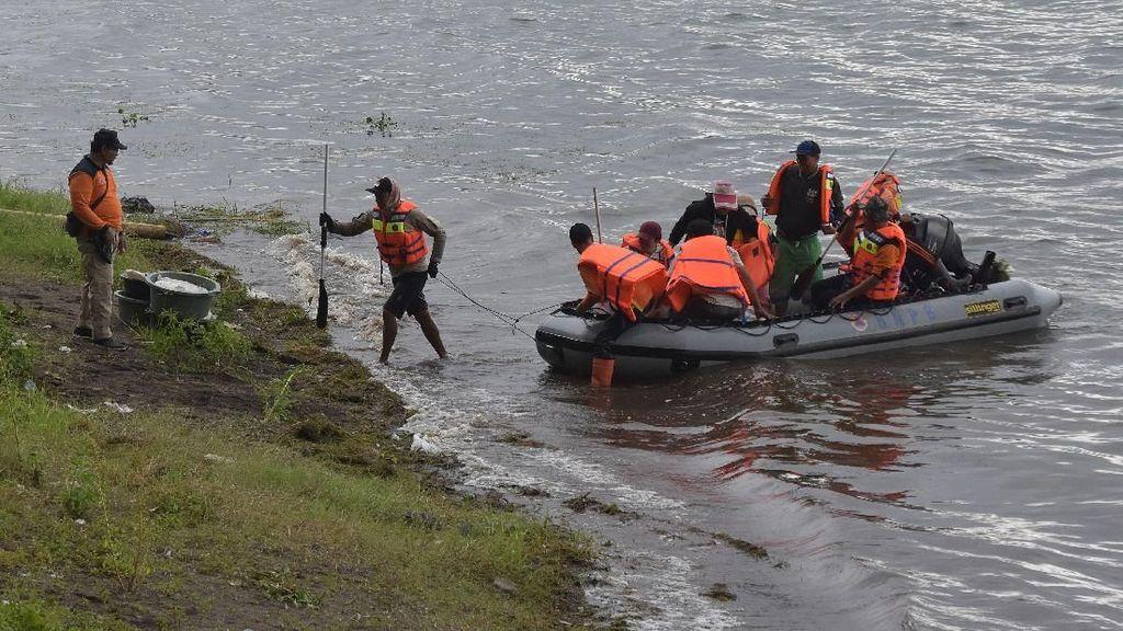 Foto: Evakuasi Warga yang Terisolir Akibat Longsor di Bukit Abang Bangli