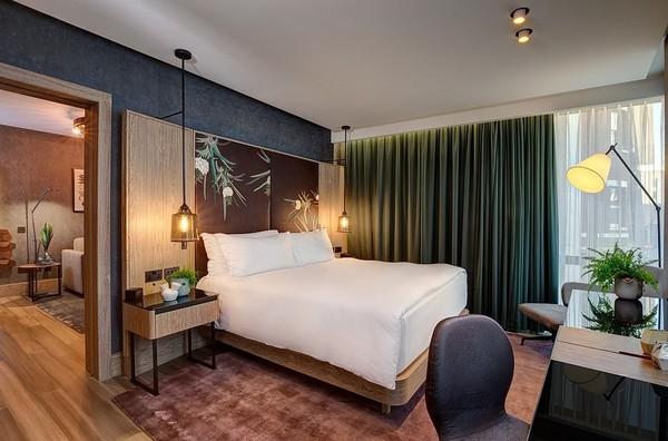 Tak sampai situ, karpet dan lantai kamarnya pun juga dibuat dari bahan daur ulang seperti bambu dan lainnya. Printilab seperti notepads, pulpen dan pensilnya juga ramah lingkungan tanpa unsur binatang (Hilton London Bankside)