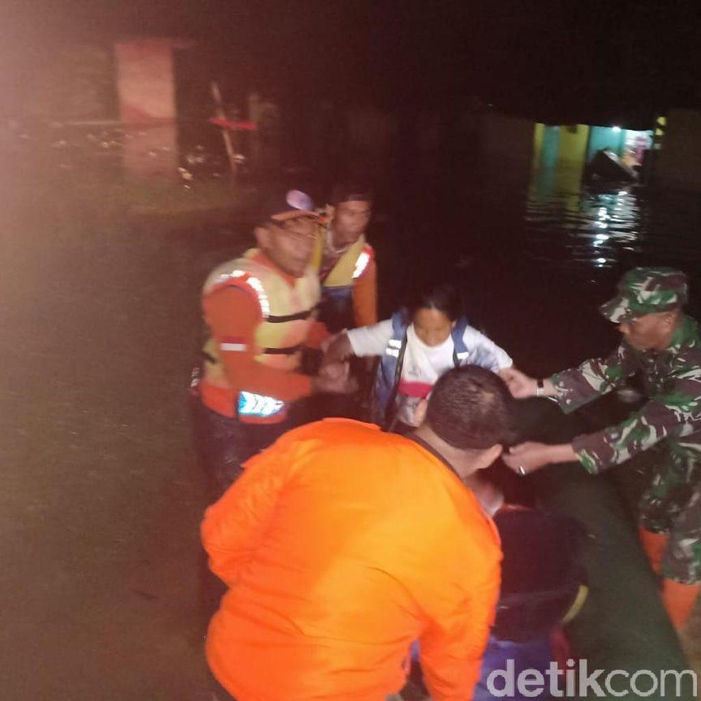 Cimanuk Meluap, Ratusan Warga Garut Nginap di Tenda Darurat