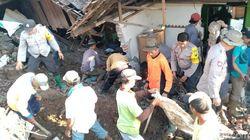 Polisi Bantu Korban Banjir dan Tanah Longsor di Mojokerto