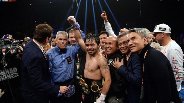 Di usianya yang sudah 40 tahun, Manny Pacquiao masih bisa mempertahankan sabuk juara dunia. Dia menang angka mutlak dari petinju Amerika Serikat, Adrien Broner.