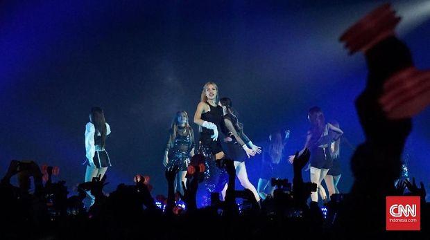 BLACKPINK beraksi energik dalam konser di ICE BSD, Tangerang Selatan, Sabtu (19/1) malam.