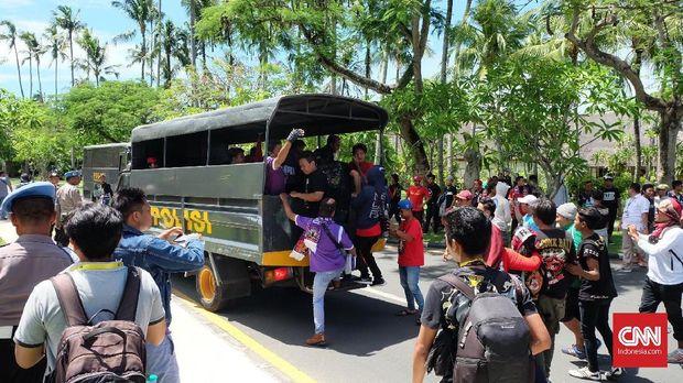 Demo suporter pada acara Kongres PSSI di Bali. (