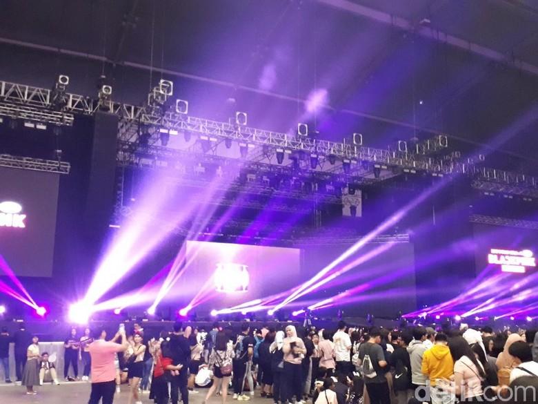 Duh! Jennie Tak Sengaja Tendang Wajah Jisoo saat BLACKPINK Konser di Jakarta