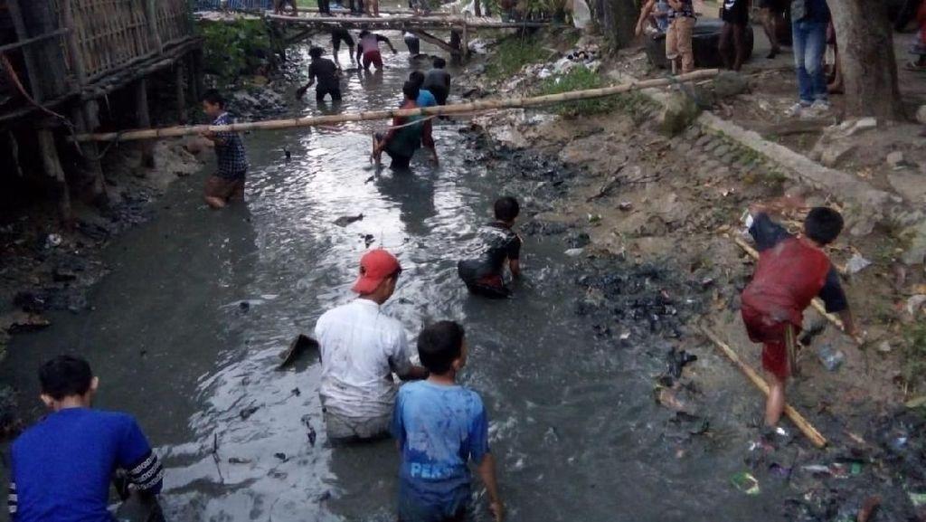 Viral Video Warga Indramayu Buru Uang Jutaan Rupiah di Sungai