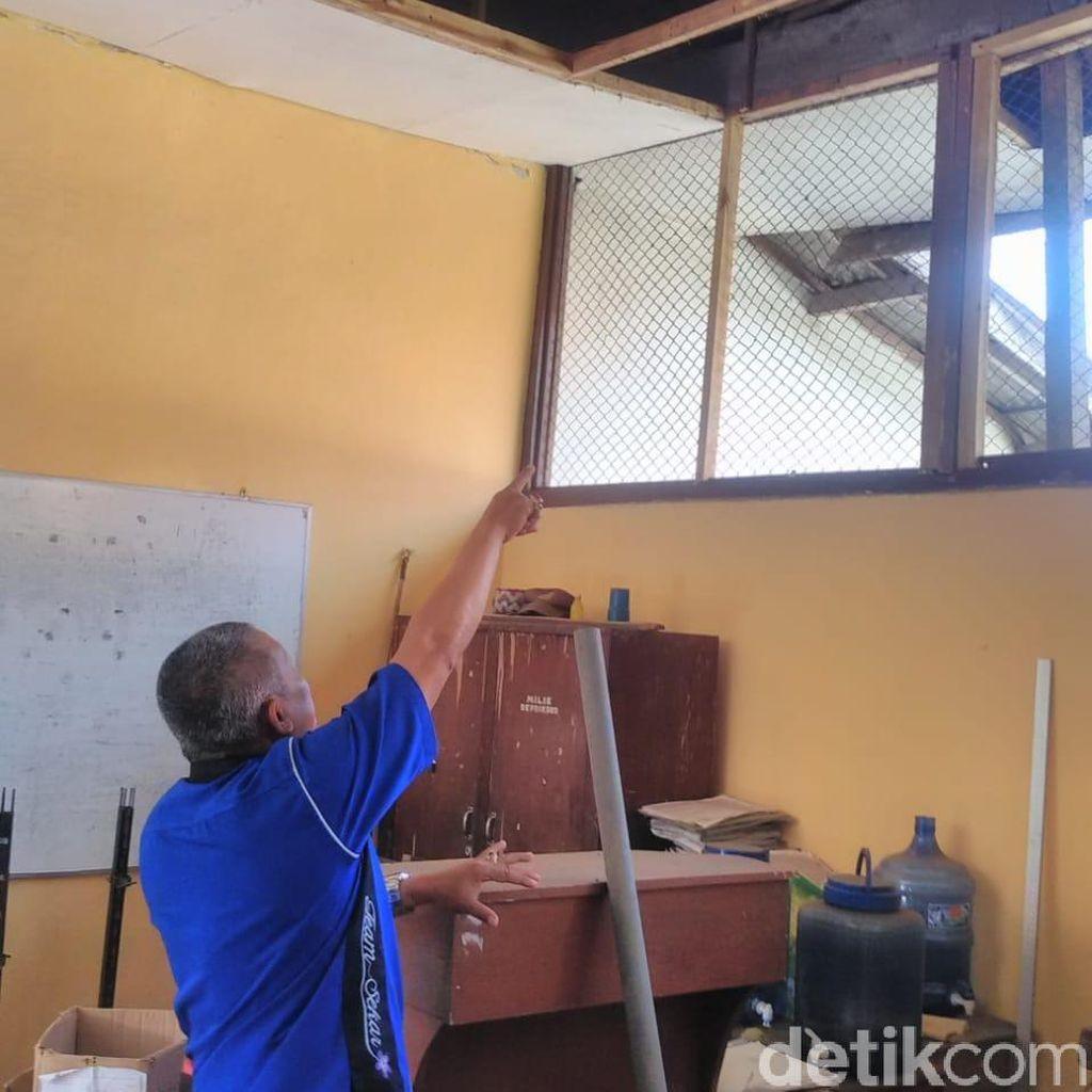 Tak Ada Anggaran, Atap SD di Malang Berlubang Bertahun-tahun