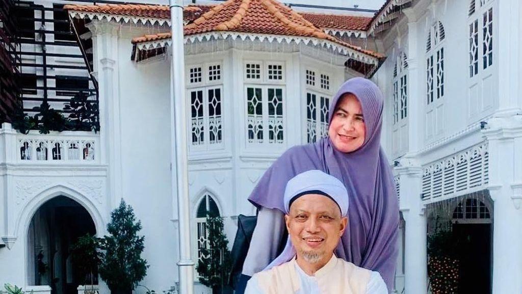 Sudah Keluar RS, Ustaz Arifin Ilham Berjemur Ditemani Istri